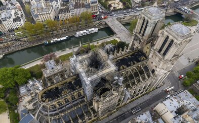 Na Notre Dame darovali 100 milionů eur. Dvojice miliardářů splnila svůj slib