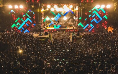 Na Novém Zélandu mají koncerty pro 30 tisíc lidí každý týden. Lidé nepotřebují roušky ani negativní testy