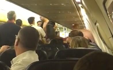 Na palube lietadla Ryanairu sa strhla skupinová bitka. Kapitán radšej núdzovo pristál, keď opitý muž osočoval staršiu ženu