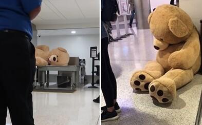 Na palubu letadla si chtěl vzít téměř třímetrového plyšového medvěda. Nedovolili mu to a internet se ihned zmobilizoval
