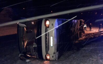 Na Plzeňsku havaroval autobus, čtyři lidé jsou zranění