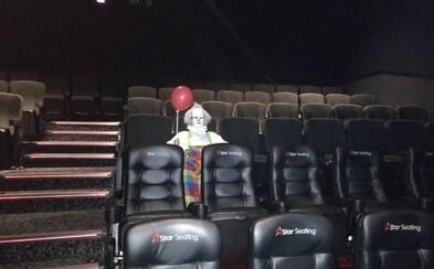 Na promítání filmu It chodí strašidelní klauni s balónky. Strach diváků se z plátna přenáší i do reality