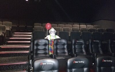 Na premietania hororu It chodia strašidelní klauni s balónmi. Strach divákov sa z plátna prenáša aj do skutočného života