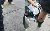 Na protestoch v Hongkongu demonštranti policajtovi prestrelili nohu šípom