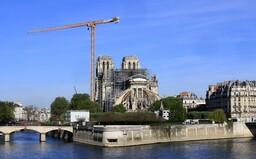 Na prvé výročie požiaru katedrály Notre-Dame zostáva jej strecha deravá. Ako skončili stámiliónové dary od miliardárov?
