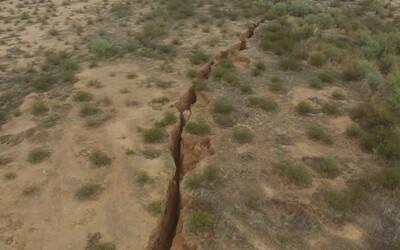 Na púšti v Arizone sa objavila mohutná 3-kilometrová puklina široká aj cez 3 metre. Predpokladá sa, že jej rozmery ešte porastú