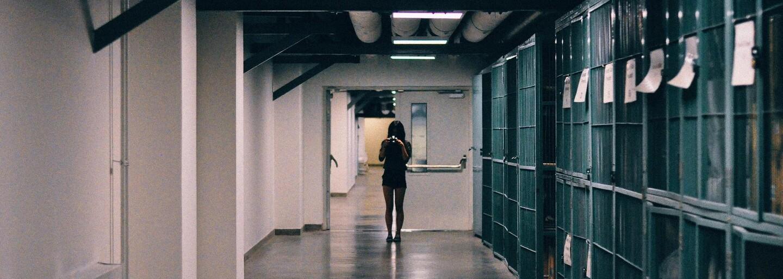 Na sex přes mříže s vězněm si dozorkyně vyřízla do kalhot díru. Přihlíželo na ně 11 trestanců