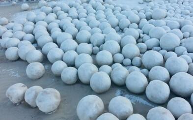 Na sibírskej pláži sa objavili obrovské snehové gule. Spôsobil ich vzácny prírodný fenomén