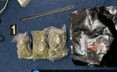 Na slovenskom internáte našli 300 gramov marihuany, 75 kíl tabaku a zbraň