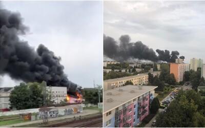 Na Slovensku hořel sklad s chemikáliemi, nad městem se valil hustý černý kouř. Evakuovali 1 500 lidí