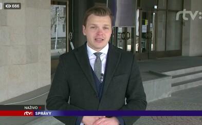 Na Slovensku platí od polnoci nosenie rúška mimo bydliska, redaktor RTVS to ignoruje v priamom prenose