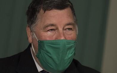 Na Slovensku začíná očkování proti koronaviru. První vakcínu dostane lékař Vladimír Krčméry