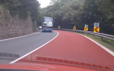 Na Slovensku sa zjavili nezvyčajné červené cesty. Vodiči pri neznámom sfarbení hneď spozornejú a povrch pomôže aj stabilite