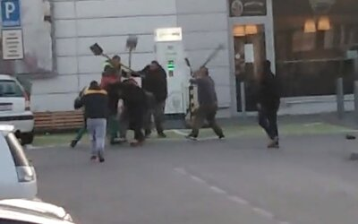 Na Slovensku se muži mlátili lopatami a krumpáči. Záznam zobrazuje hromadný útok agresorů