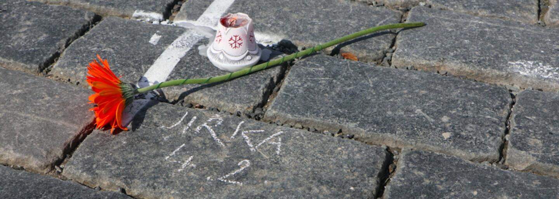 Na Staroměstské náměstí lidé nosí svíčky, fotografie a píší křídou jména zesnulých