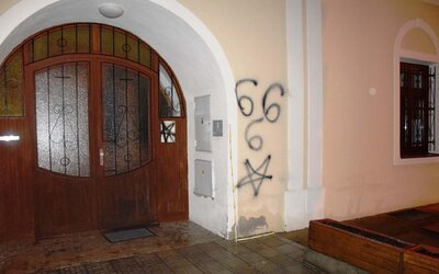 Na steny rímskokatolíckej fary v Poprade nastriekali satanistické symboly, ide o národnú kultúrnu pamiatku