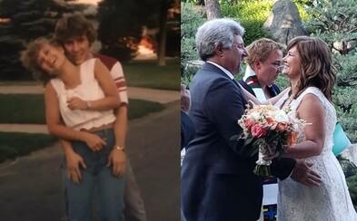 Na strednej si sľúbili, že sa ako 50-roční zosobášia, ak nenájdu lásku. Po 37 rokoch sľub splnili na roztomilej ceremónii