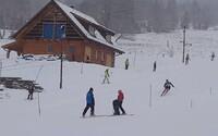 Na Šumavě se i přes zákaz lyžuje. Svah sjíždí děti z lyžařských oddílů