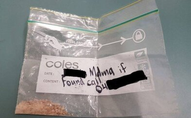 Na sáček s MDMA napsal své jméno, kdyby ho náhodou na festivalu ztratil. Našla ho policejní hlídka