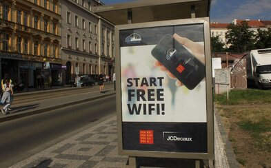 Na tramvajových zastávkách v Praze se nově připojíš k Wi-Fi zdarma. Přibyly i chytré lavičky na nabíjení telefonů, další vychytávky jsou v plánu