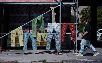 Na trhaní a úprave džínsov zarába stovky eur. Vyrába ich aj pre Yzomandiasa či Dalyba (Rozhovor)