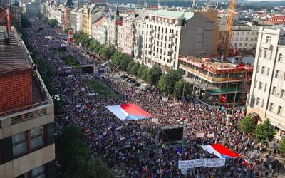 Na Václaváku je prý až 120 tisíc lidí. Zřejmě jde o největší demonstraci od listopadu 1989