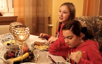 Na Vánoce chci karton peněz a kilo řetízků. Desetiletá slovenská raperka satiricky kritizuje vánoční materialismus
