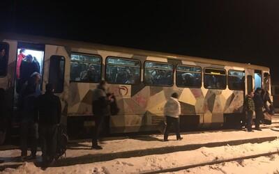 Na východe Slovenska cestujú ľudia vlakom ako v Indii. Preplnený vozeň by odstrašil nejedného z nás