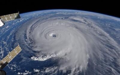Na východní pobřeží USA se řítí hrozivý hurikán Florence, který zachytili astronauti z ISS na dechberoucích fotkách