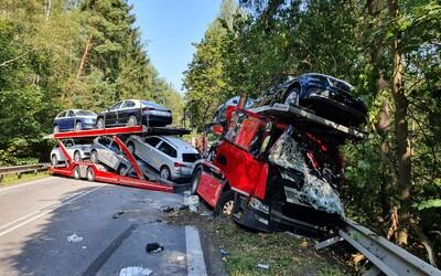 Na Vysočině se srazilo nákladní vozidlo s dodávkou, silnici blokuje stěna z vozidel