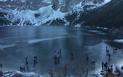 Na zamrznutom plese v Tatrách sa turisti vyzliekali a fotografovali. Na tenkom ľade sa zabávali aj napriek zákazu