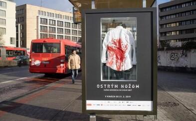 Na zastávke v Bratislave nájdeš zakrvavenú košeľu. Takto kontroverzne propagujú film o neonacistickej vražde