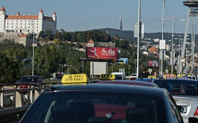 Na známeho bratislavského taxikára sa sťažuje ďalšia zákazníčka. Naúčtoval jej 50 eur