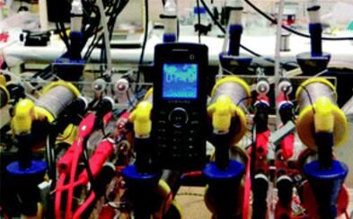 Nabi si mobil vlastným močom. Je toto cesta, ktorou dobíjanie mobilov smeruje?