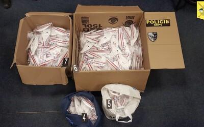 Nabízeli na internetu k prodeji předražené respirátory FFP3. Čeští kriminalisté je dopadli a pomůcky předali hygienikům