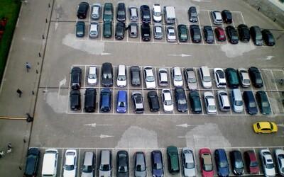 Nabonzuj něčí špatné parkování a dostaneš tři stovky. V Británii testují novou aplikaci