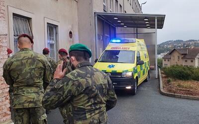 Náchodská nemocnice je v tísni, chybí jí personál. Armáda povolala výsadkáře, kteří pomáhají se vším, co je potřeba