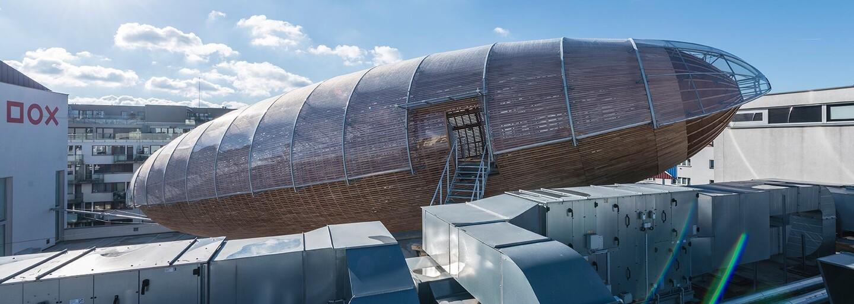 Nad budovami v Prahe sa vznáša obrovská drevená vzducholoď. Z akého dôvodu?