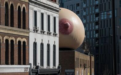 Nad Londýnom sa zjavil obrovský prsník. Obyvatelia sú zmätení, no v skutočnosti nesie dôležité posolstvo