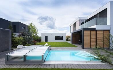Nadčasovost a dokonalé soukromí v podobě vily s bazénem jen 25 minut od Prahy