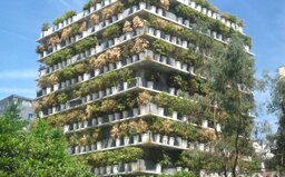 Nádherné spojení města a přírody: Bytový dům v Paříži obklopují stovky bambusových rostlin