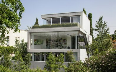 Nádherný betonový dům s prosklenými zdmi je dokonalou ukázkou kombinace otevřenosti a soukromí v jednom
