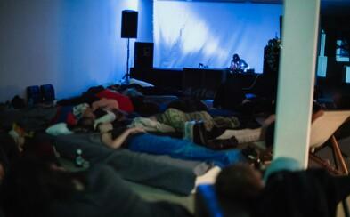 Nadšenci experimentálnej hudby organizujú prespávaciu koncertnú šnúru v Novej Cvernovke. Ambientnú hudbu si vychutnáš poležiačky