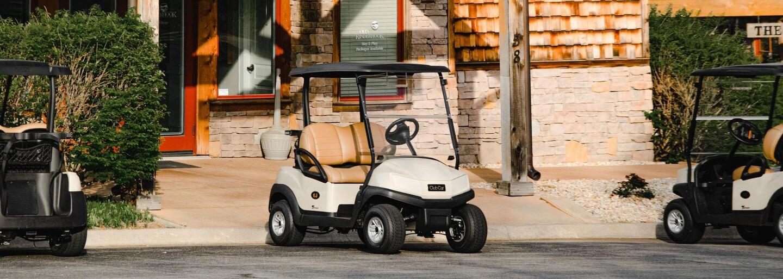 Nahá žena v golfovém vozíku přerušila na Floridě konflikt mezi policisty a ozbrojeným mužem