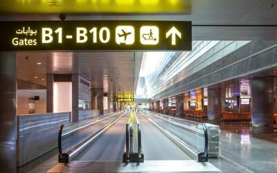 """Nahá žena se promenádovala po letišti. """"Jak se máte a kam jdete?"""" ptala se lidí"""