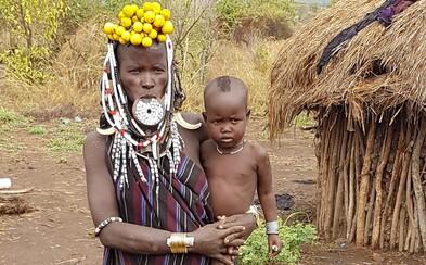 Nahí preskakujú býkov, potom šľahajú ženy po chrbte do krvi. Slovák Miloš videl ako sa v etiópskom kmeni stávajú z chlapcov muži