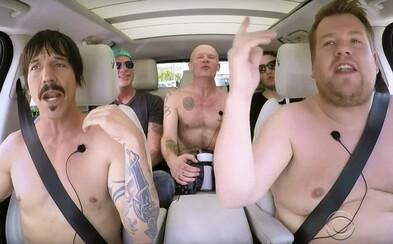 Nahota a wrestling. Red Hot Chili Peppers se nechali přemluvit ke karaoke s Cordenem!