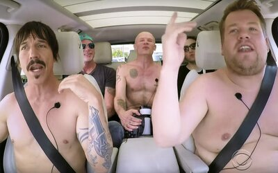 Nahota a wrestling. Red Hot Chili Peppers sa nechali nahovoriť na karaoke s Cordenom!