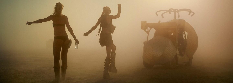 Nahota, šílenství a nespoutaná zábava. Fascinující snímky z legendárního festivalu Burning Man jsou jako z jiného světa