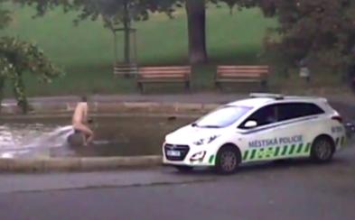 Nahý muž se koupal v kašně v centru Prahy. Musel zaplatit pokutu 10 tisíc korun